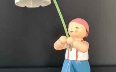 Junge mit Märzenbecher