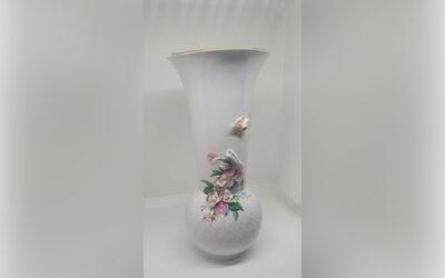 Vase mit Vogel und Blüten