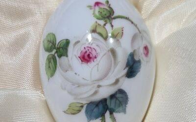 Miniaturei weisse Rose mit Purpurkern / Meissen